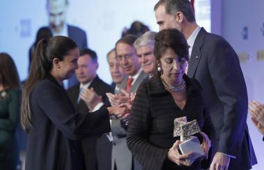 La periodista barranquillera Éel María Angulo junto al Rey de España durante la premiación.