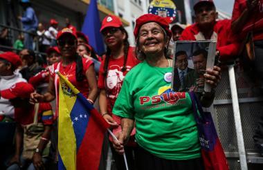 Simpatizantes del gobierno del presidente Nicolás Maduro participaron en una marcha contra la decisión de la OEA  de analizar la crisis de Venezuela.