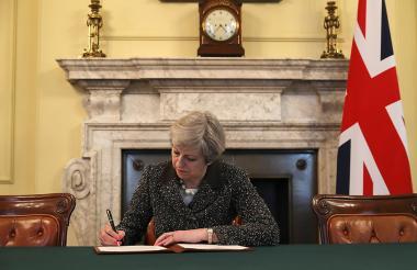 La primera ministra británica, Theresa May firma la carta de activación del artículo 50 del Tratado de Lisboa, que dará inicio al Brexit.
