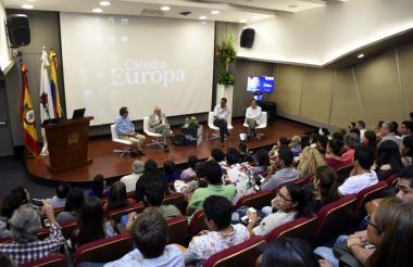 Los panelistas durante su conversatorio en la Cátedra Europa de la Universidad del Norte.