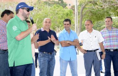 El saliente secretario de Deportes, Joao Herrera, se despide tras su renuncia. Lo escuchan Gonzalo Baute, el alcalde Char, Leonidas Oyaga y Carlos Rozo.