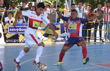 Johany Vergara, de Independiente, lleva la bola ante la marca de José Maturana.