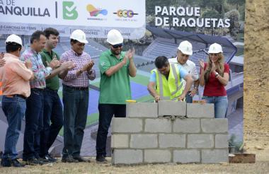El alcalde Alejandro Char pone los primeros bloques que marcan el inicio de la construcción del Parque Raquetas, ubicado en la calle 100 con carrera 53.
