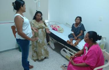 Familiares y la paciente en el hospital.