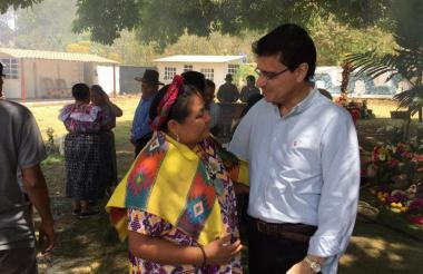 Rigoberta Menchú y el rector de la Universidad Autónoma Ramsés Vargas.