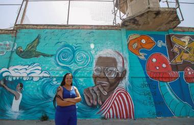 Ana Cecilia posa frente a la cárcel de El Bosque.