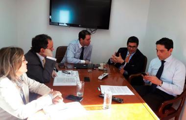 El secretario de Gobierno, Clemente Fajardo, durante su reunión con el viceministro de Política Criminal, Carlos Medina, y su equipo de trabajo.