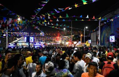 Los asistentes bailan durante el festejo la noche de este viernes.