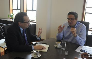 El director de EL HERALDO, Marco Schwartz, y el director de la Dian, Santiago Rojas, durante la entrevista.