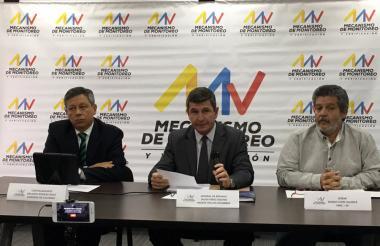Javier Pérez Aquino, el contralmirante Orlando Romero y 'Marco Calarcá', miembros del Mecanismo Tripartito, en la rueda de prensa.