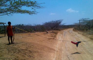 Los niños colocan cabuyas en las vías para pedir dinero y comida.