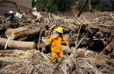 Un bombero revisa la zona de desastre.