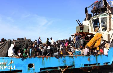 Migrantes africanos en una embarcación.