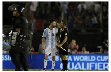 Lionel Messi protesta decisión arbitral