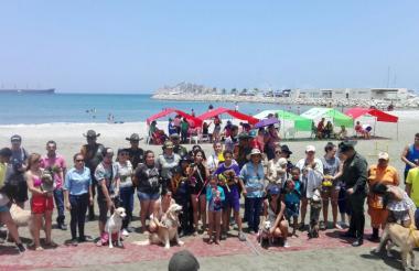 Asistentes a la primera playa para mascotas, realizada en la playa de Bellavista.