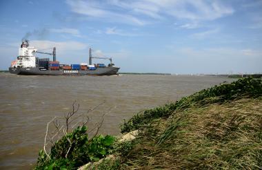 Una embarcación pasa por el canal de acceso al Puerto de Barranquilla.
