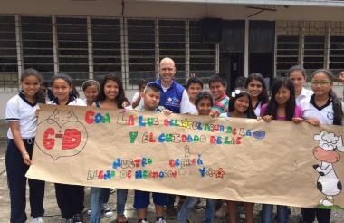Pablo Jaramillo, viceministro de Educación, junto a un grupo de estudiantes.