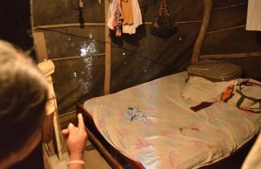 A través de la polisombra se ven los orificios por donde entraron las balas que hirieron al niño de 7 años.