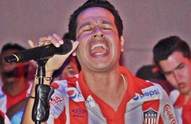 Martín Elías luce camisa del Junior en una presentación.