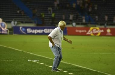 Julio Avelino Comesaña trata de transmitir ganas a sus dirigidos durante el partido que Junior igualó 0-0 ante Patriotas.