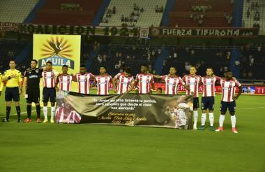 Los jugadores del equipo Tiburón sostienen la pancarta de Martín Elías.