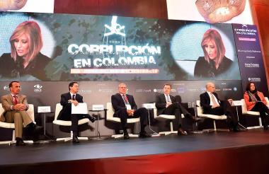 Participantes del foro 'Corrupción en Colombia: la peor forma de violencia'.