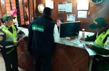 Un grupo de la Policía e Inmigración realiza una inspección en un hotel de Valledupar, Cesar.