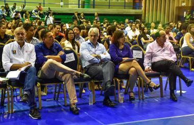 El goberndor Eduardo Verano,  los senadores Laureano Acuña, Jaime Amín y Álvaro Ashton, con  la decana de Derecho Silvia Gloria de Vivo, durante el foro celebrado en el coliseo de la Universidad del Norte.
