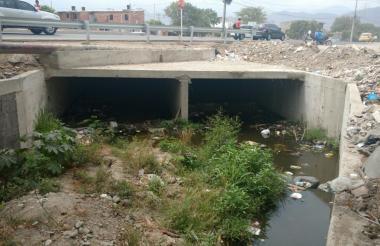 El canal está lleno de residuos de toda clase.