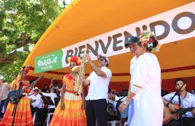 El alcalde Char sostiene un saxofón durante el evento de este sábado.