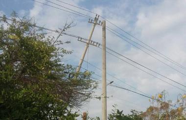 La estructura que cedió y afectó el servicio de energía.