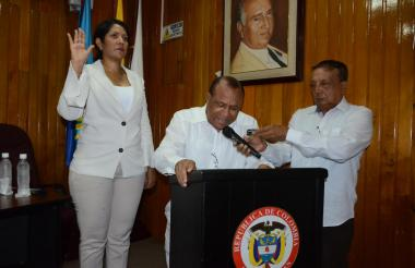 Isset Tatiana Barros Brito hace el juramento ante el notario primero de Riohacha.