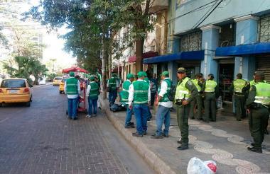 Uniformados de la Policía y Espacio Público durante operativo en el Centro de Barranquilla.