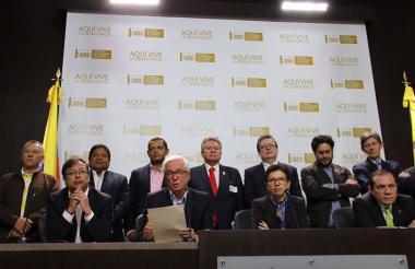 Miembros de partidos y movimientos políticos que enviaron carta al presidente Santos.
