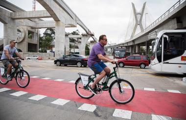 El actor Arnold Schwarzenegge recorrió parte de Sao Paulo en bicicleta.