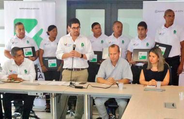 El secretario de Gobierno, Clemente Fajardo, reunido con un grupo de gremios de comerciantes locales.