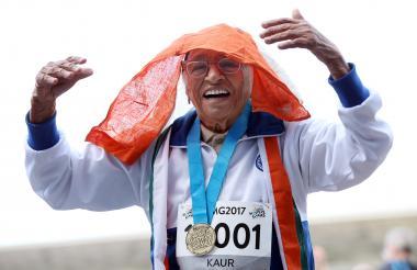 La india Man Kaur celebrando en el podio con la medalla de oro.