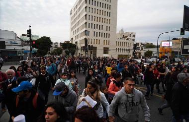 Decenas de personas evacúan este lunes edificios en Viña del Mar, afectada por un sismo de 6,9 grados.