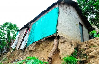 Hace cuatro días cuando llovió fuertemente en Sincelejo, se cayó un pedazo de terreno que sostenía esta casa y desde entonces un tronco hace sus veces.
