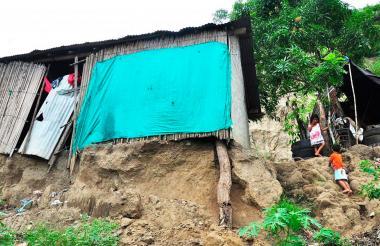 Esta casa denota el riesgo en el que están algunas familias en Sierra Flor