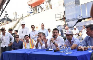 El ministro Rojas, el gobernador Verano y el alcalde Alejandro Char, a la llegada de la draga a Barranquilla.