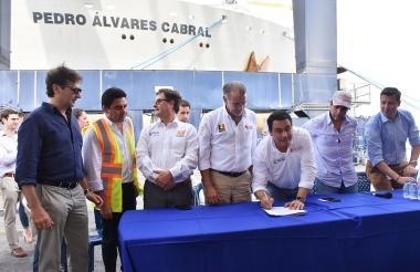 Carlos Rosado, Luis Fernando Andrade, Eduardo Verano y el alcalde Alejandro Char, durante la firma simbólica del contrato para el dragado.