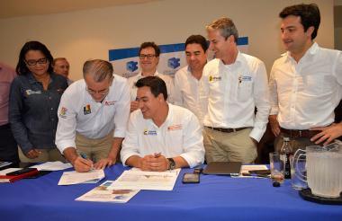 El gobernador Verano firma el convenio de cooperación con la ANI. Lo acompañan el ministro de Transporte, Jorge Rojas, entre otros funcionarios del Gobierno Nacional.