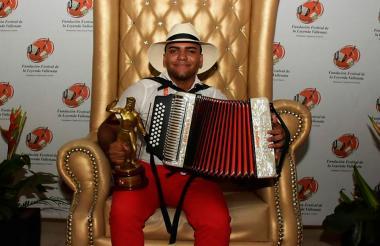 José Juan Camilo Guerra con el trofeo que lo acredita como nuevo Rey Vallenato Juvenil 2017.