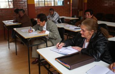 Varios estudiantes asisten a la Universidad Municipal del Adulto Mayor en La Paz.