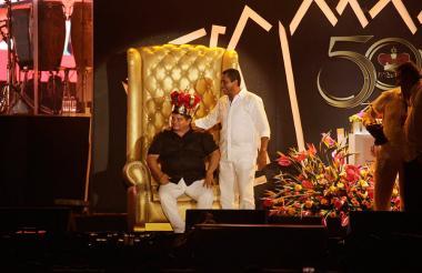 El nuevo rey recibió la corona del anterior Rey Hugo Carlos Granados.
