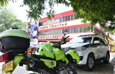 Fachada del diario La Libertad, que se mantiene acompañado por varios uniformados de la Policía.