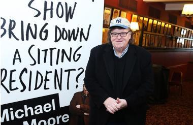 Michael Moore frente al cartel de su show en Broadway.