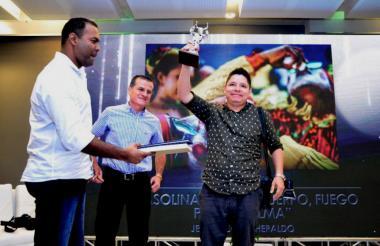 El fotógrafo de EL HERALDO Jesús Rico al recibir su galardón.