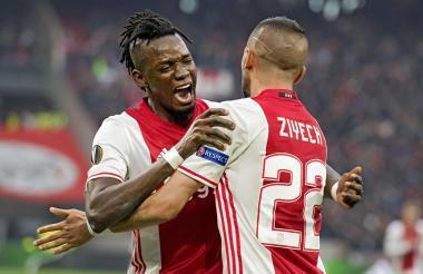 El delantero del Ajax de Ámsterdam, Bertrand Traore (i), celebra su tanto que supueso el 4-1 frente al Olympique de Lyon.